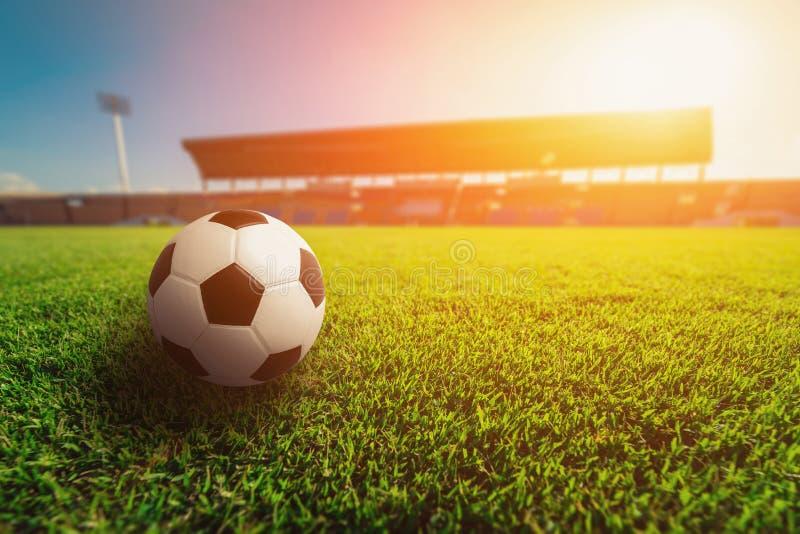 Piłki nożnej piłka na trawie w stadium piłkarski zdjęcie stock