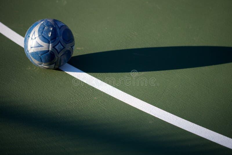 Piłki nożnej piłka na zieleń sądzie zdjęcie stock
