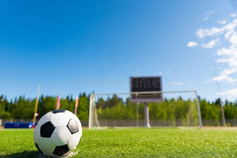 Piłki nożnej piłki agains bramkowi obrazy royalty free