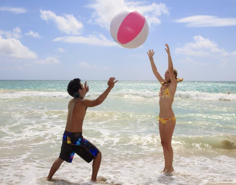 piłki plaży pary bawić się obrazy stock