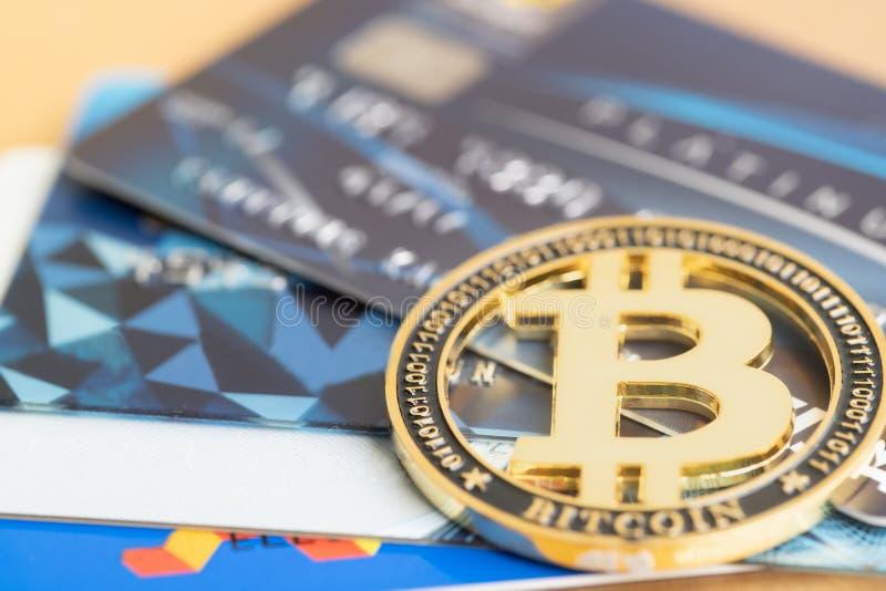 Pi?ce de monnaie d'or de Bitcoin et cartes de cr?dit de VISA images libres de droits