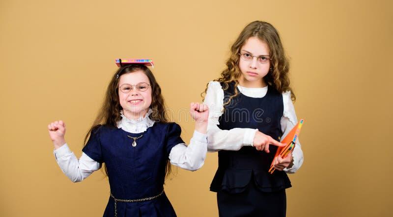 Pi?ce dure de travail plus dure meilleurs amis depuis l'?cole Petites filles avec le dossier de papier hometwork ensemble carnet  photo stock