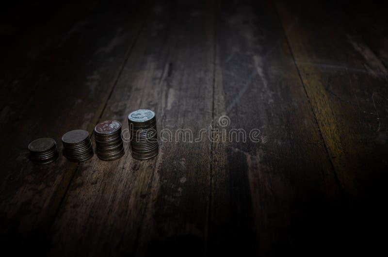 Pi?ces de monnaie plac?es dans les rang?es photo stock