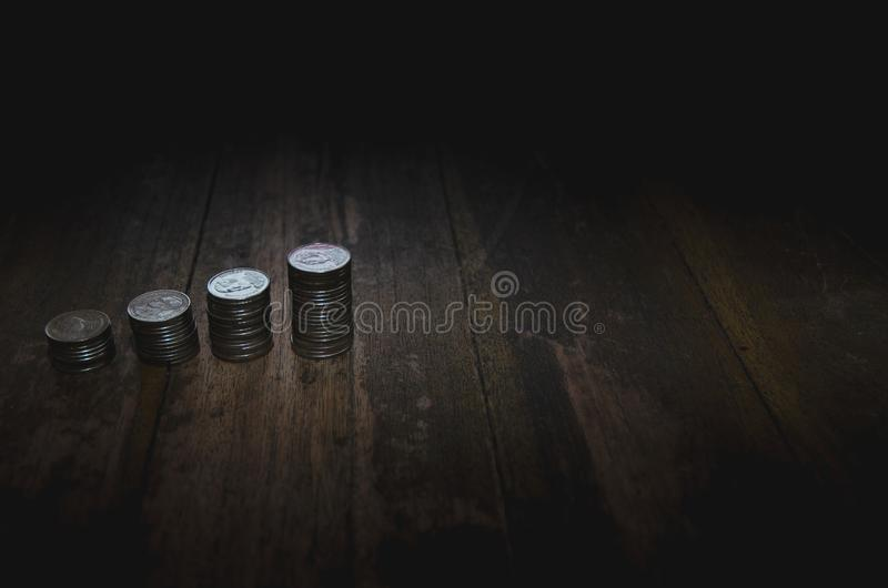 Pi?ces de monnaie plac?es dans les rang?es photos stock