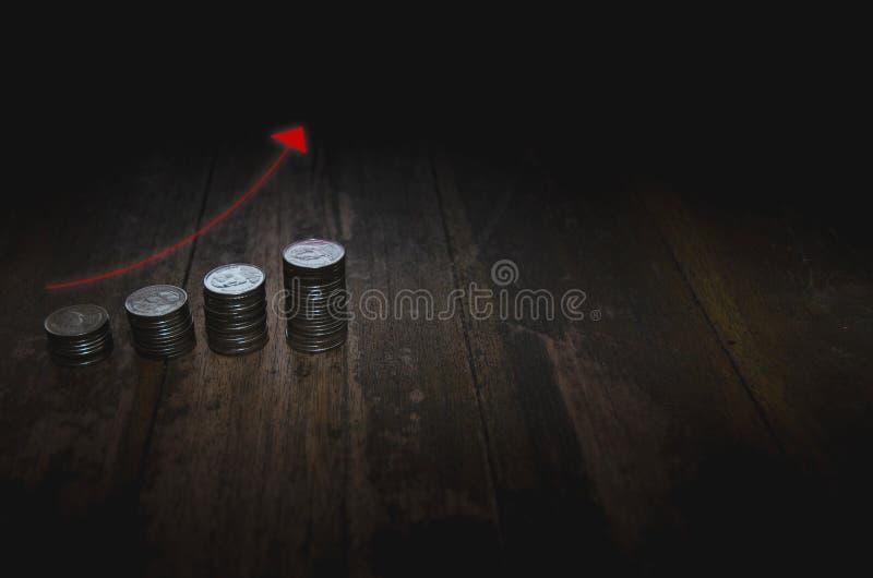 Pi?ces de monnaie plac?es dans les rang?es photographie stock