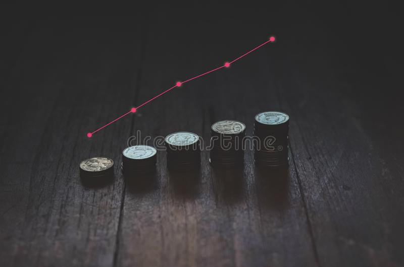 Pi?ces de monnaie plac?es dans les rang?es images stock