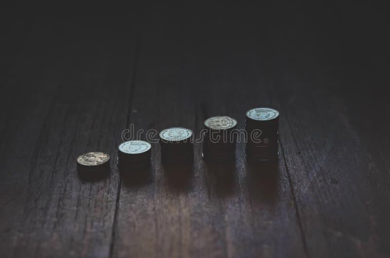 Pi?ces de monnaie plac?es dans les rang?es image stock