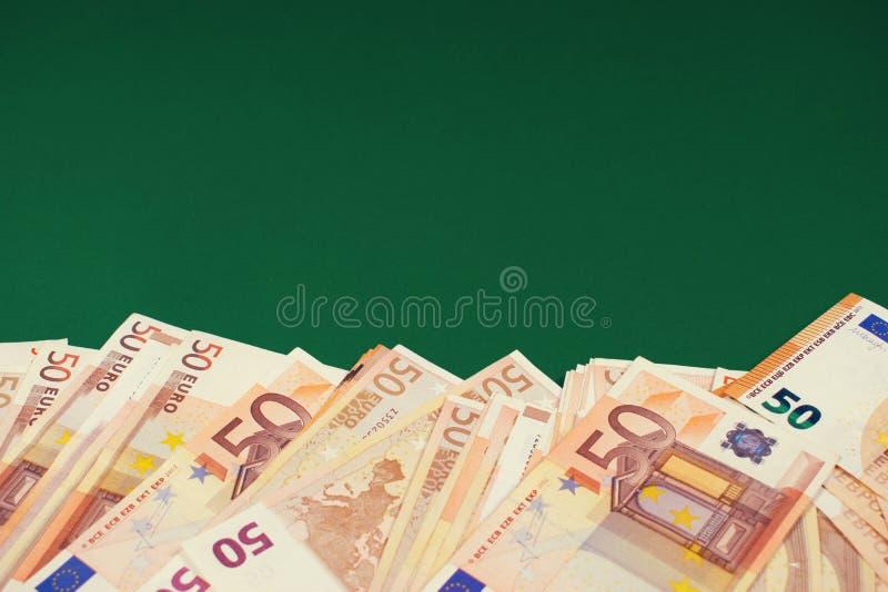Pi??dziesi?t euro notatek na zielonym tle obraz stock