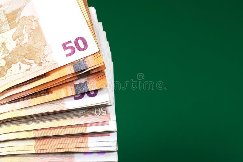 Pi??dziesi?t euro notatek na zielonym tle zdjęcia royalty free