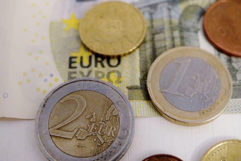 Pi?? euro i cent na bia?ym tle w g?r? fotografia royalty free