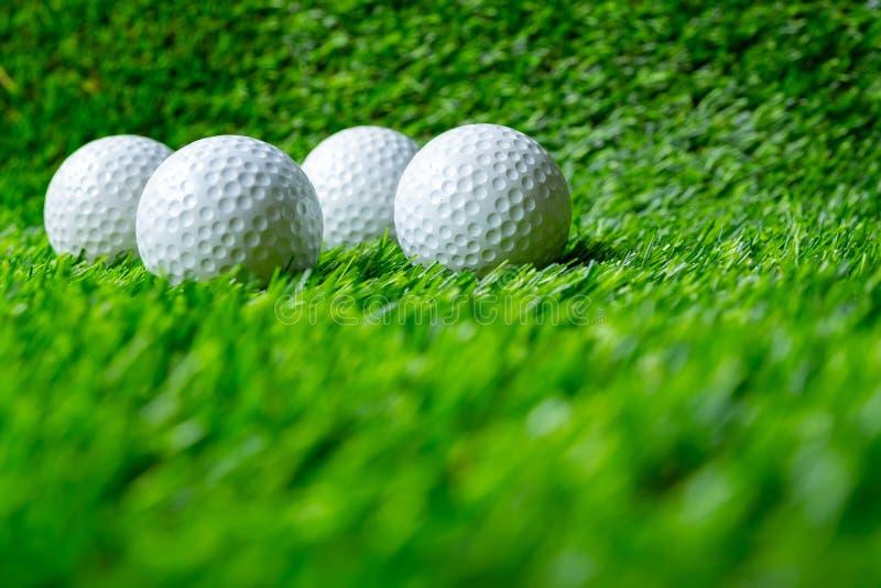Pi?ka golfowa na trawie obraz stock