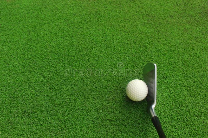 Pi?ki Golfowe i kije golfowi na zielonej trawie obrazy royalty free