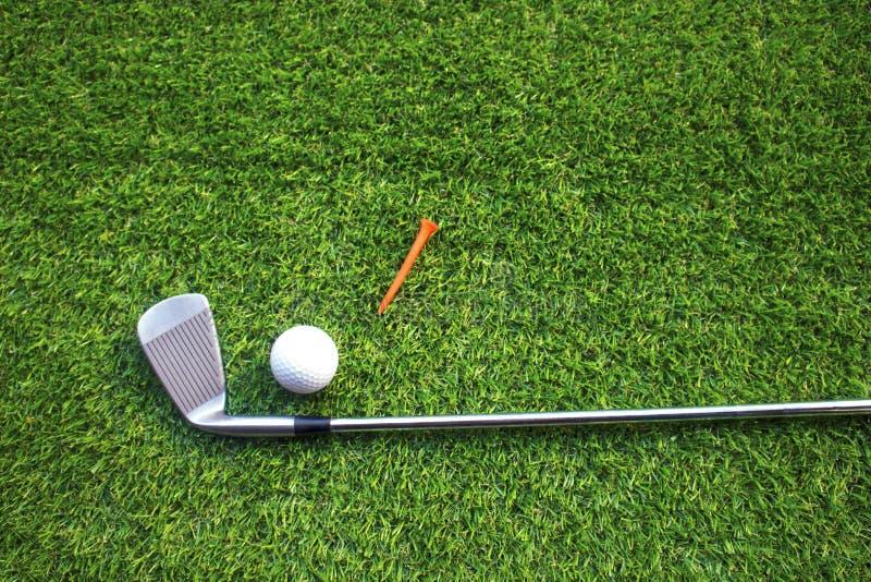 Pi?ki Golfowe i kije golfowi na zielonej trawie obraz stock