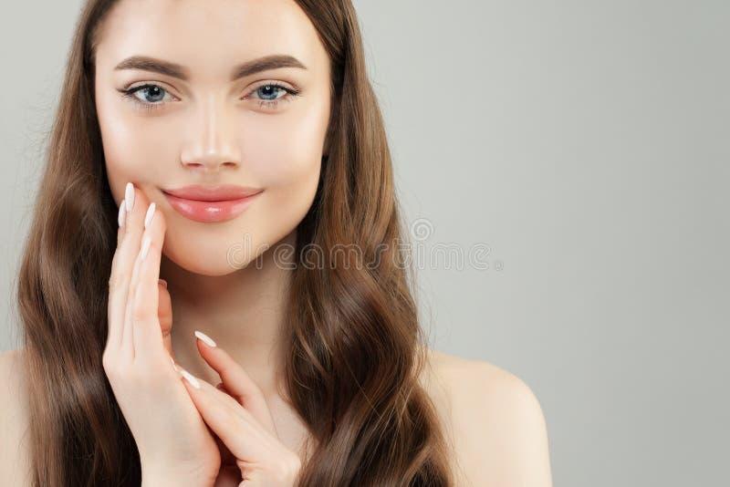 pi?kn? twarz Ładna kobieta z jasną skórą i robiącymi manikiur gwoździami z białym gwoździa połysku zbliżenia portretem zdjęcie stock