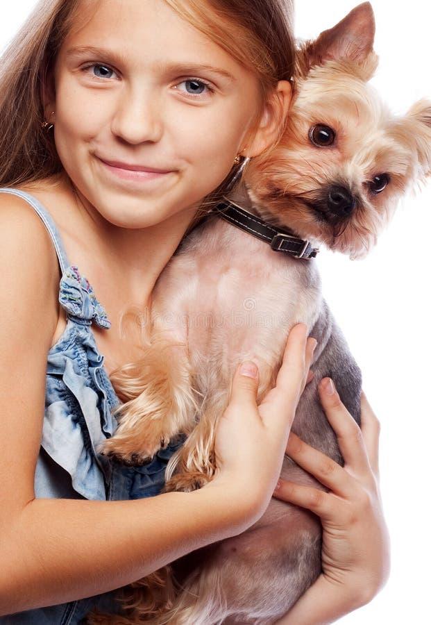 Pi?kna blond dziewczyna z ?licznym Yorkshire teriera psem, odosobnionym zdjęcie stock