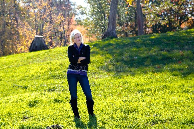 Pi?kna blondynka kraju kobieta w jesieni zdjęcie royalty free