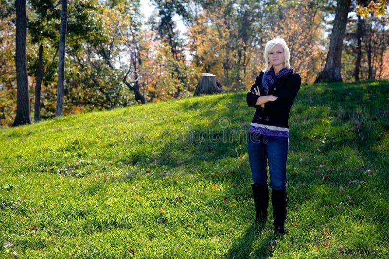 Pi?kna blondynka kraju kobieta w jesieni obrazy stock