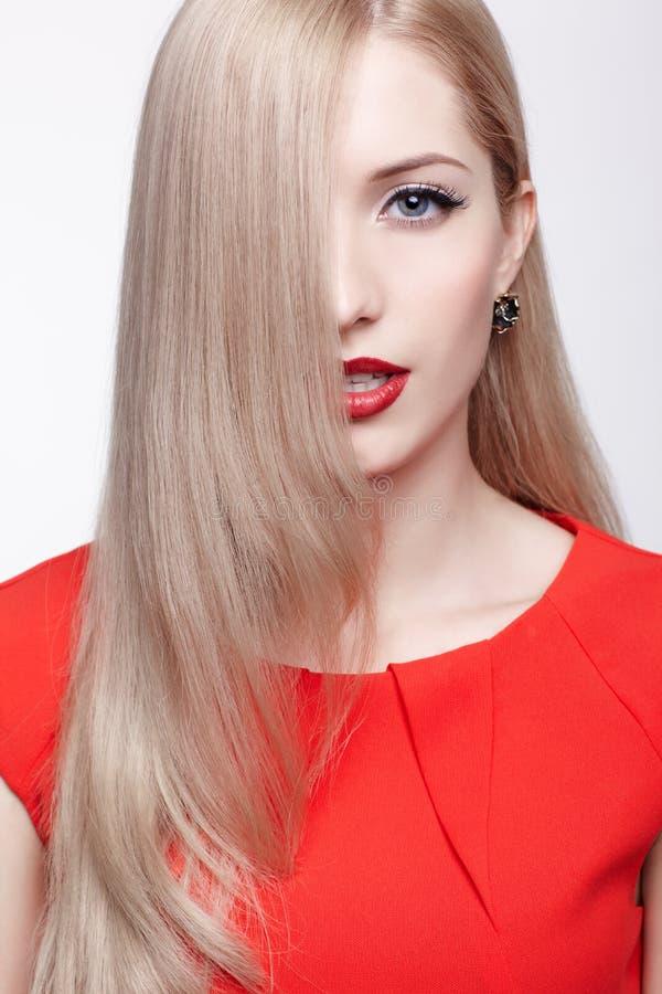 Download Piękna blondynki kobieta zdjęcie stock. Obraz złożonej z wargi - 28951514