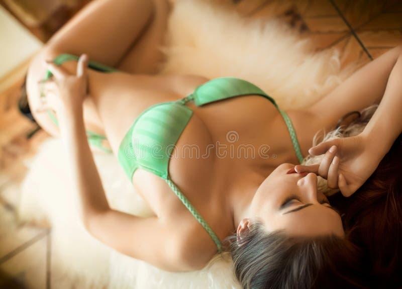 Download Piękna brunetka seksowna obraz stock. Obraz złożonej z femaleness - 53779433