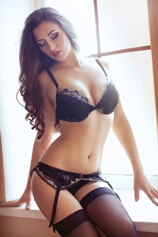 Download Piękna brunetka seksowna obraz stock. Obraz złożonej z dziewczyna - 53780667