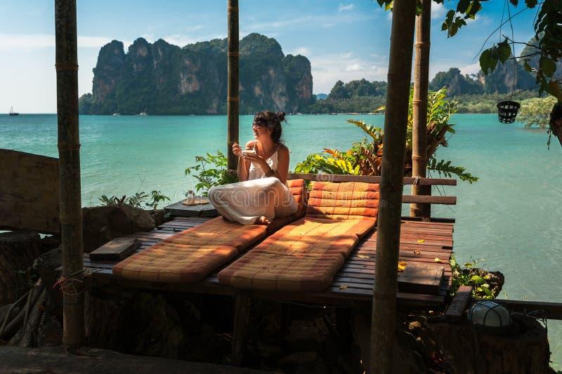Pi?kna dziewczyna odpoczywa na morzu Osamotniona kobieta odpoczywa na wyspie Dziewczyna na raju wybrze?u dziewczyna na wyspach A zdjęcia royalty free