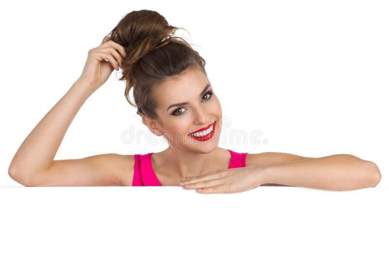 Download Piękna Dziewczyna Opiera Na Plakacie Zdjęcie Stock - Obraz złożonej z przyjemność, zerkanie: 65225624