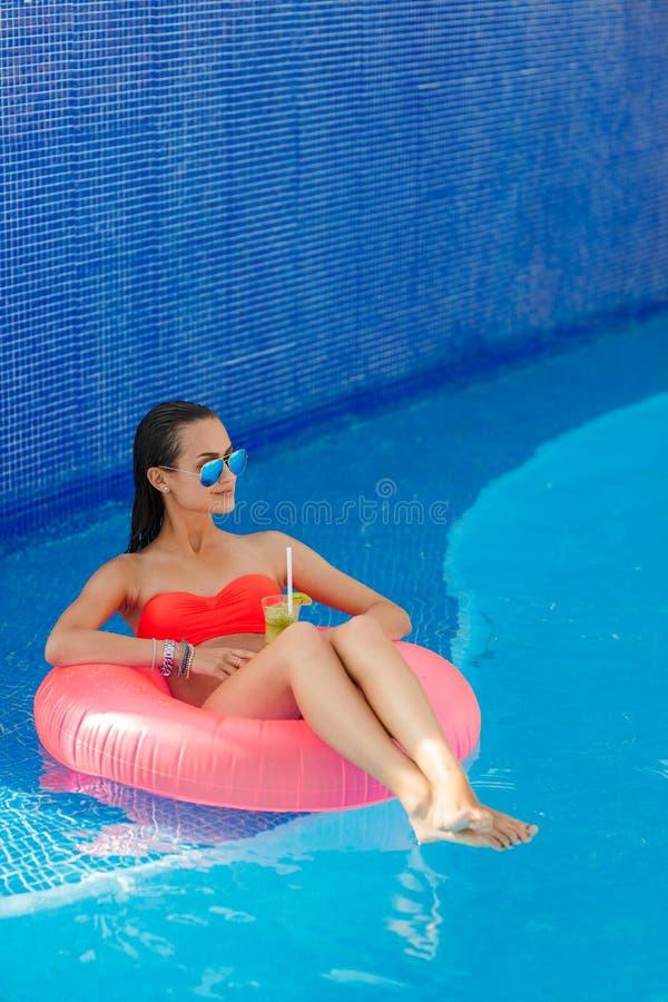 Download Piękna Dziewczyna W Basenie Na Nadmuchiwany Lifebuoy Zdjęcie Stock - Obraz złożonej z ciało, zabawa: 53781874
