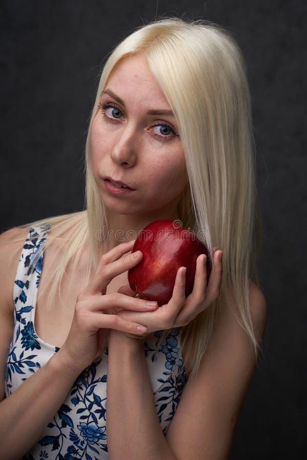 Pi?kna dziewczyna w modnej sukni z jab?kiem zdjęcie royalty free