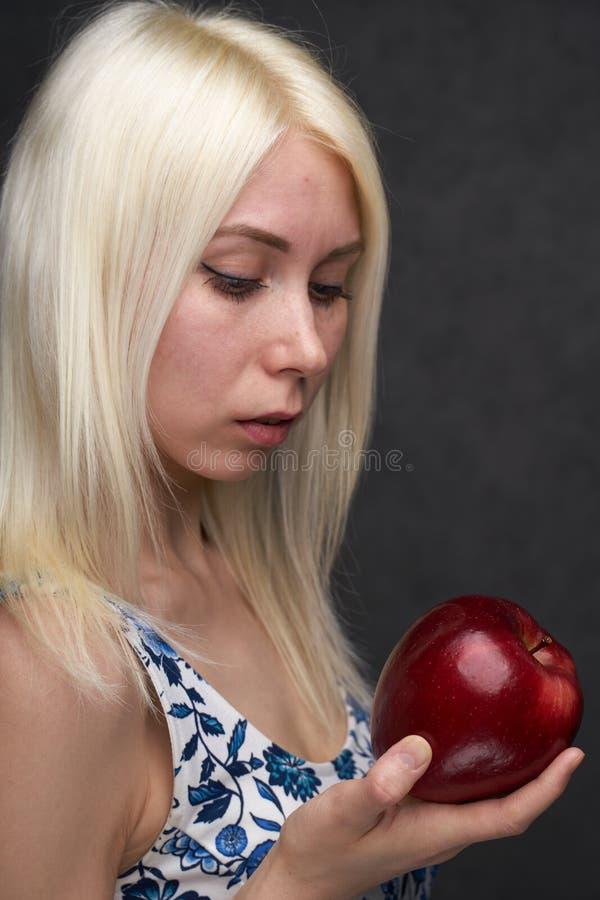 Pi?kna dziewczyna w modnej sukni z jab?kiem zdjęcia stock