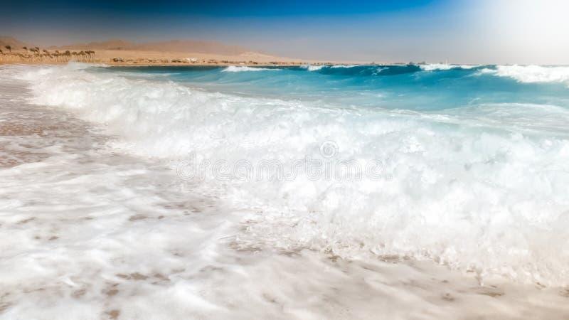 Pi?kna fotografia denne fale stacza si? na morze pla?y Doskonali? t?o dla tw?j wakacje letni wakacje obrazy stock