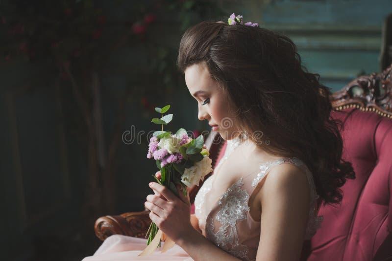 Pi?kna i elegancka ?lubna fryzura Młody panny młodej obsiadanie obrazy royalty free