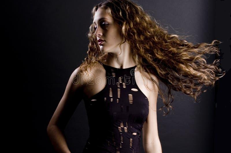 Download Piękna kobieta obraz stock. Obraz złożonej z twirl, studio - 511137