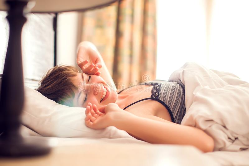 Pi?kna kobieta budzi si? up w jej ? fotografia stock