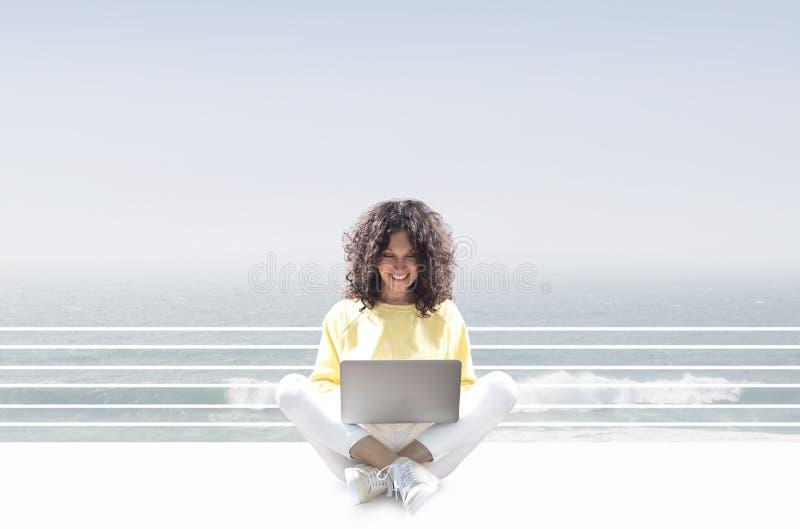 pi?kna kobieta laptop obraz stock