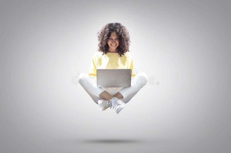 pi?kna kobieta laptop zdjęcia royalty free