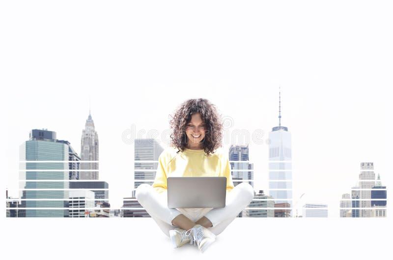 pi?kna kobieta laptop zdjęcie stock