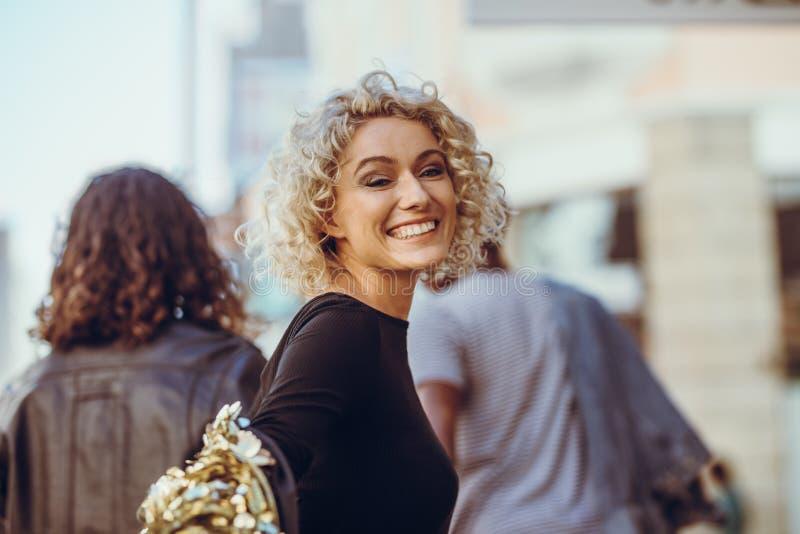 Pi?kna kobieta na miasto ulicie zdjęcia royalty free