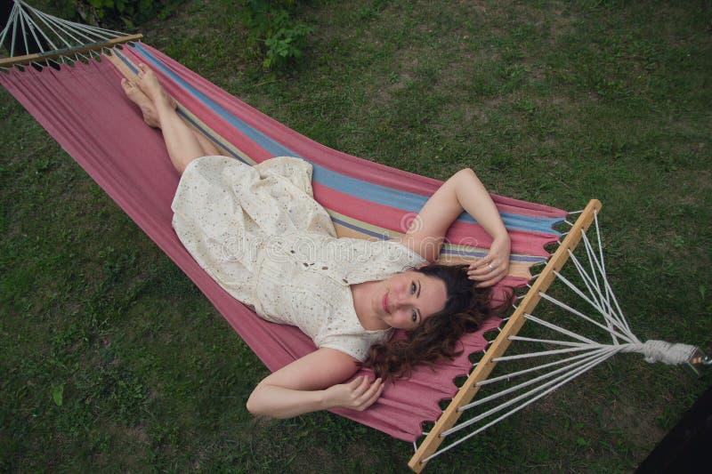 Pi?kna kobieta odpoczywa w hamaku zdjęcie stock