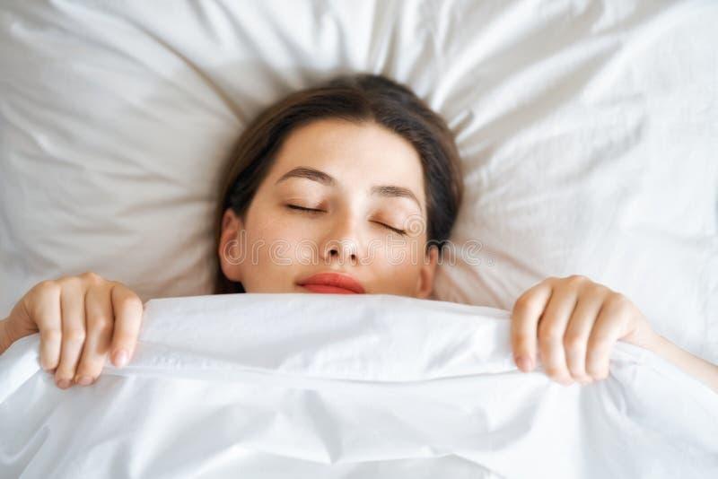 pi?kna kobieta sypialna fotografia stock