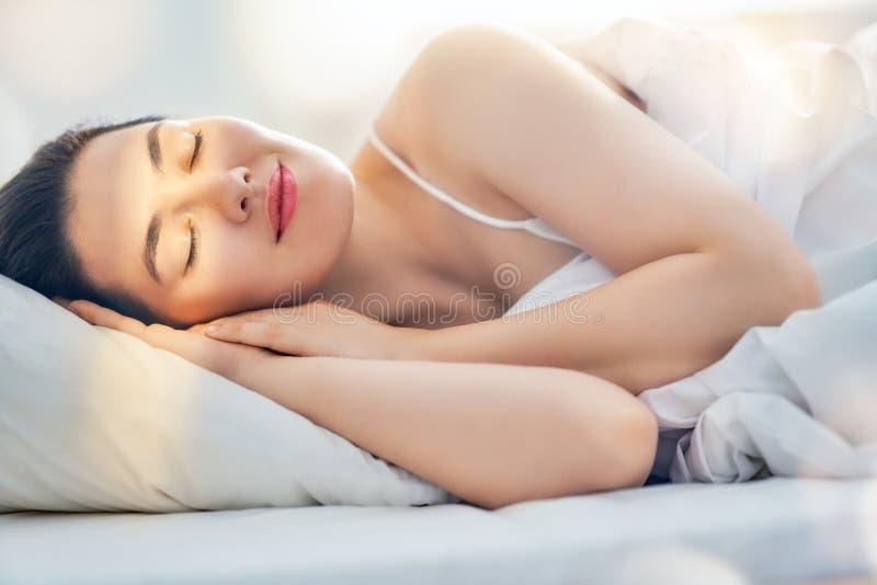 pi?kna kobieta sypialna obrazy royalty free