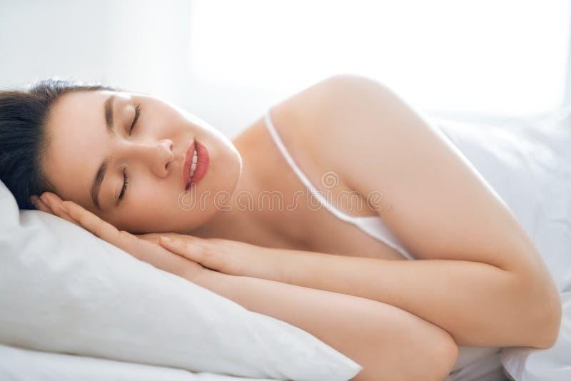 pi?kna kobieta sypialna zdjęcia stock