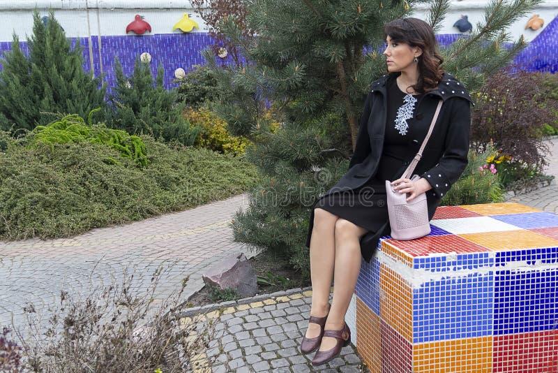 Pi?kna kobieta w eleganckim odziewa w ogr?dzie obraz royalty free