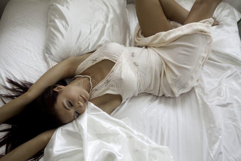 Download Piękna Kobieta W Jej Sypialni Zdjęcie Stock - Obraz: 33152356
