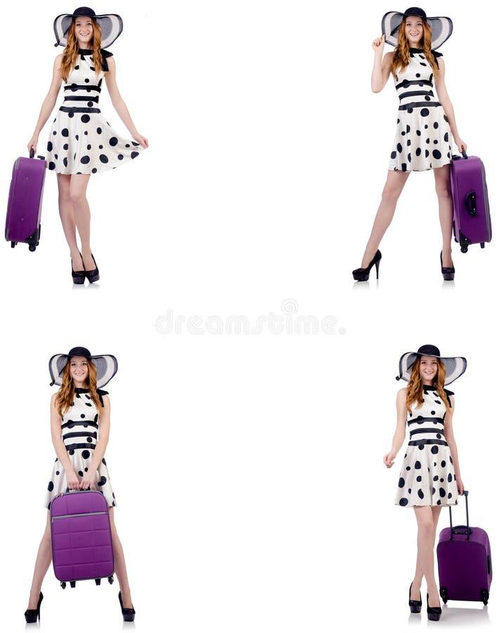 Pi?kna kobieta w polki kropki sukni z walizk? odizolowywaj?c? na whi zdjęcie royalty free