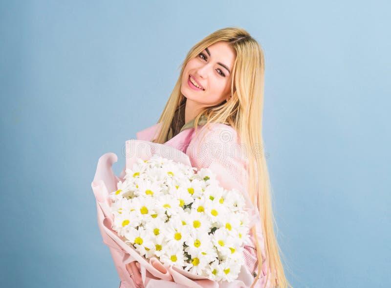 Pi?kna kobieta z stokrotka kwiatu bukietem dzie? kwiat daje mum syna matkom Wiosna i lato - szcz??liwej prezent mari kwiaciarnia zdjęcia royalty free