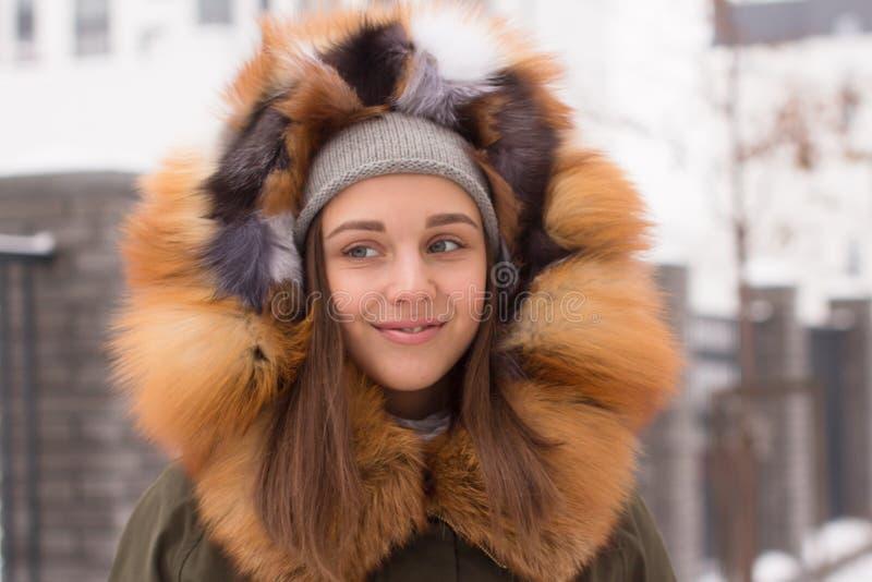 pi?kna kobieta zimy M?oda kobieta w lisa futerka kapiszonie zdjęcia stock