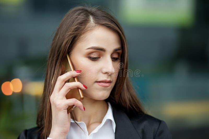 Pi?kna m?oda kobieta opowiada na telefonie kom?rkowym Pojęcie internet, technologia, biznes, komunikacja i styl życia, fotografia stock