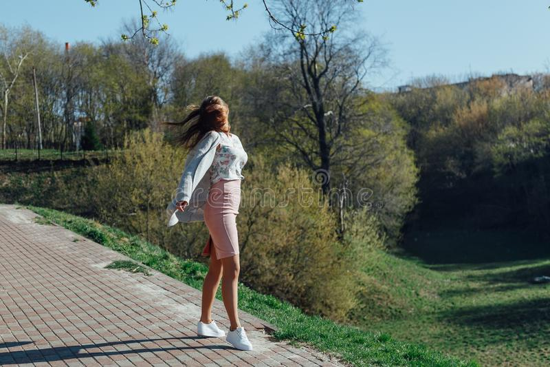 Pi?kna m?oda kobieta outdoors ciesz si? charakter obrazy royalty free
