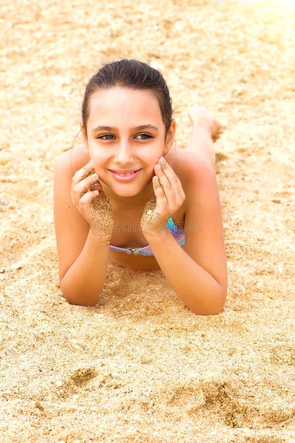 Pi?kna m?oda nastolatek dziewczyna cieszy si? lata morza pla?? obrazy royalty free