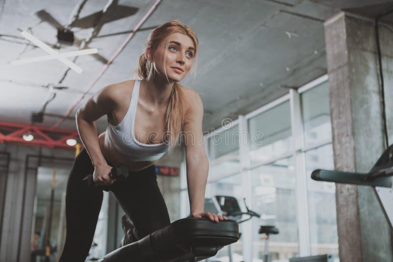 Pi?kna m?oda sprawno?ci fizycznej kobieta pracuj?ca przy gym out zdjęcia stock